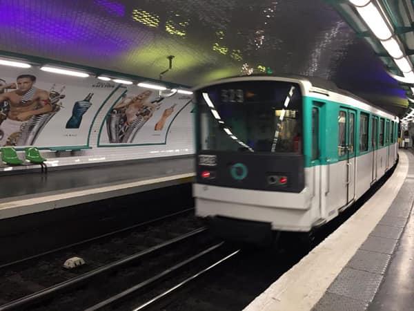 Вагон метро в Париже