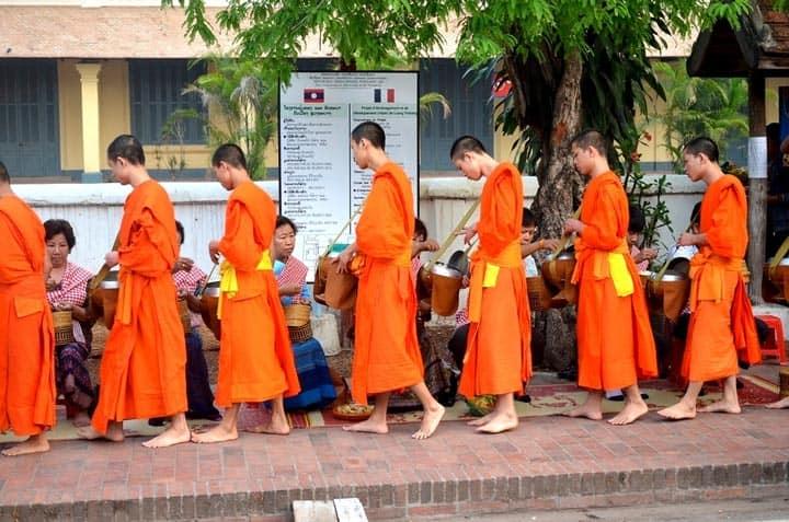 шествие монахов с чашами