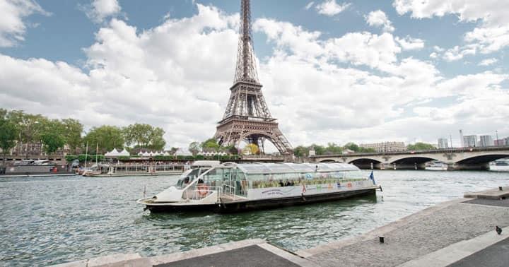 Лодки по реке Сена